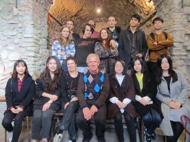 Fiorenzo Mandelli con gli studenti di Brera