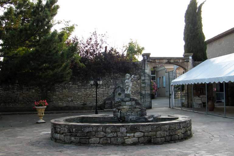 Il cortile del Domaine de la Reynaude vicino al Castello Petit Sonnailler