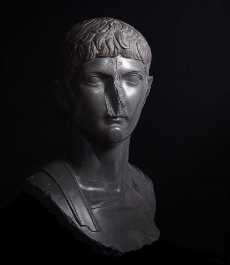 Statua in basalto di Germanico, con croce incisa sulla fronte