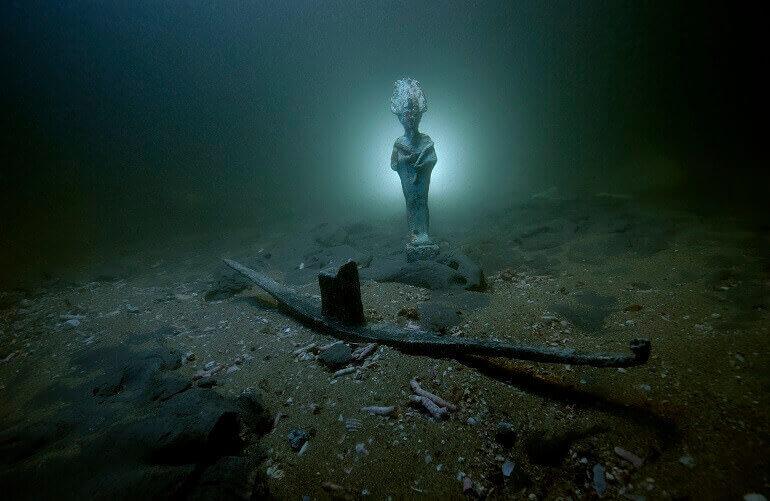 Statuetta di Osiride in bronzo e barca votiva in piombo adagiati sui fondali sottomarini della baia di Aboukir