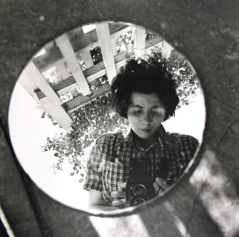 Un autoritratto della fotografa americana Vivian Maier