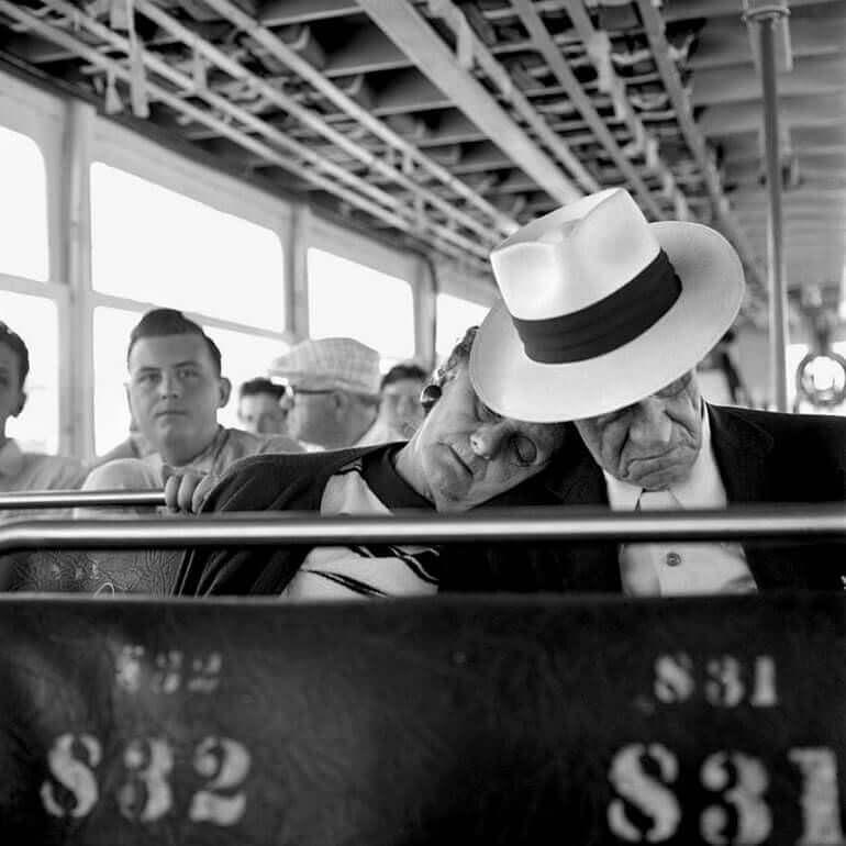 Questa fotografia realizzata da Vivian Maier presenta alcuni passeggeri di un mezzo pubblico