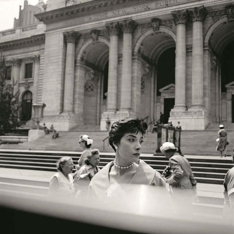 Vivian Maier ha immortalato una bella donna all'uscita dalla Public Library di New York