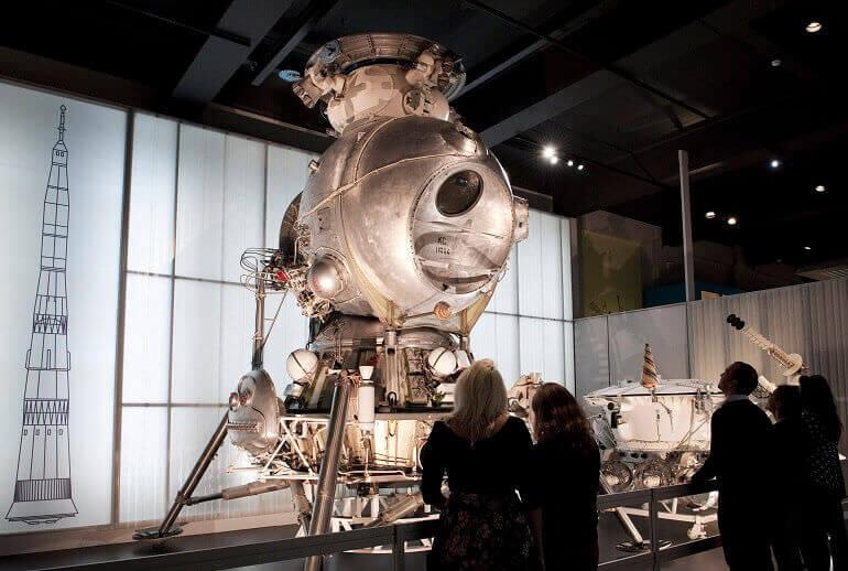 Visitatori davanti al modulo di atterraggio lunare LK-3 nella mostra Cosmonauts al Science Museum