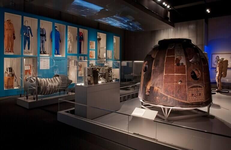 Il modulo di disceca Soyuz TM-14 con l'equipaggiamento e le tute necessari a sopravvivere nello spazio © Science Museum