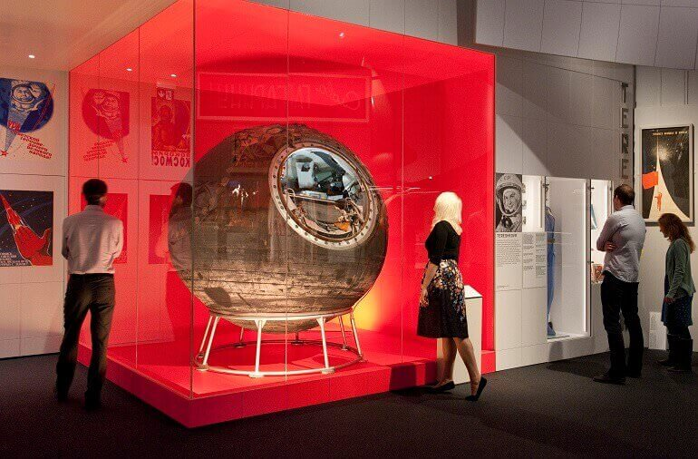 Visitatori davanti alla navicella Vostok 6 nella mostra Cosmonauts al Science Museum