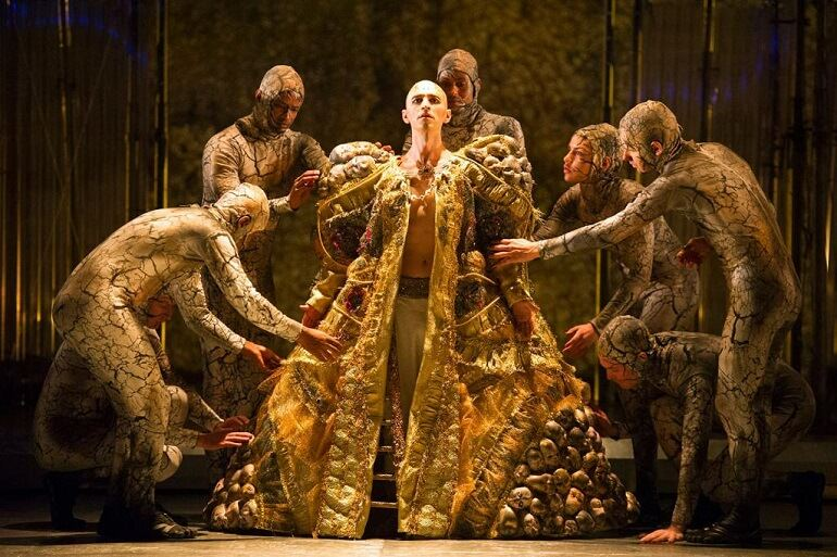Anthony Roth Costanzo in Akhnaten di Philip Glass