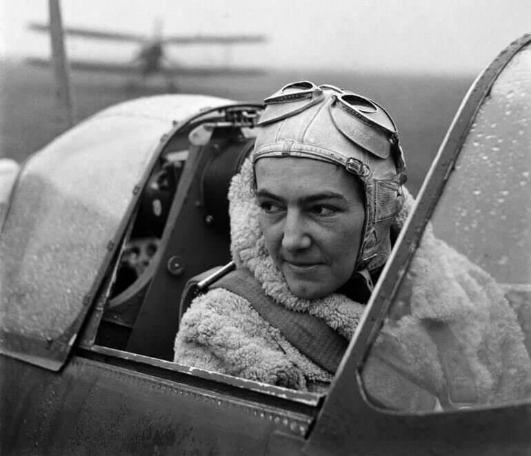 Una foto di Lee Miller in mostra all'Imperial War Museum di Londra