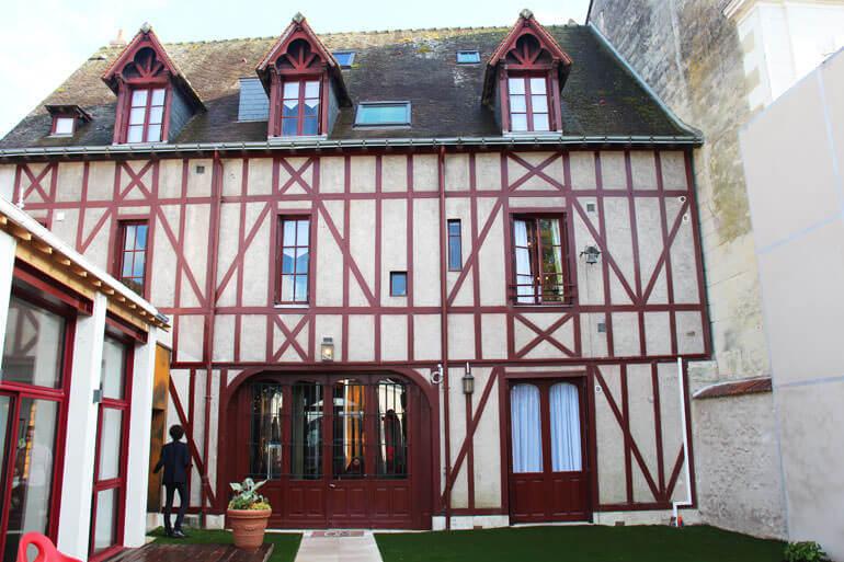 La facciata interna dell'Hotel Au Charme Rabelaisien di Amboise