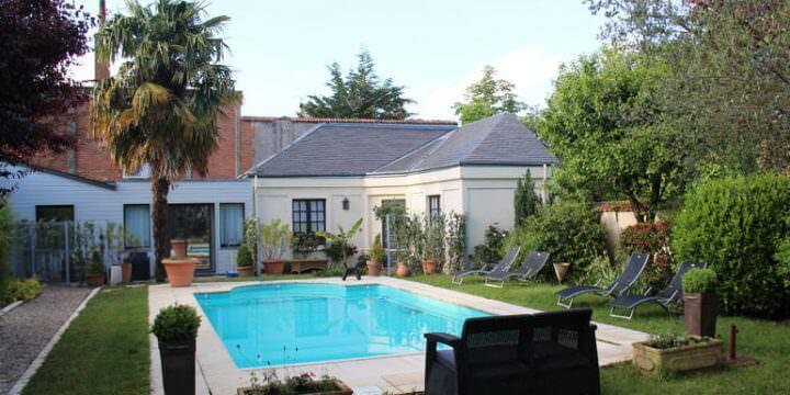 Il giardino con piscina dell'Hotel Au Charme Rabelaisien ad Amboise