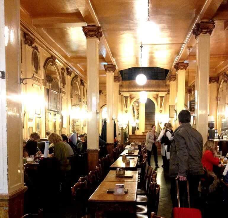 L'interno della birreria À la Mort Subite di Bruxelles