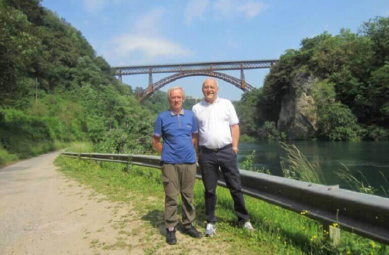 Fiorenzo Mandelli e Giancarlo Monzani con il ponte di Paderno alle loro spalle