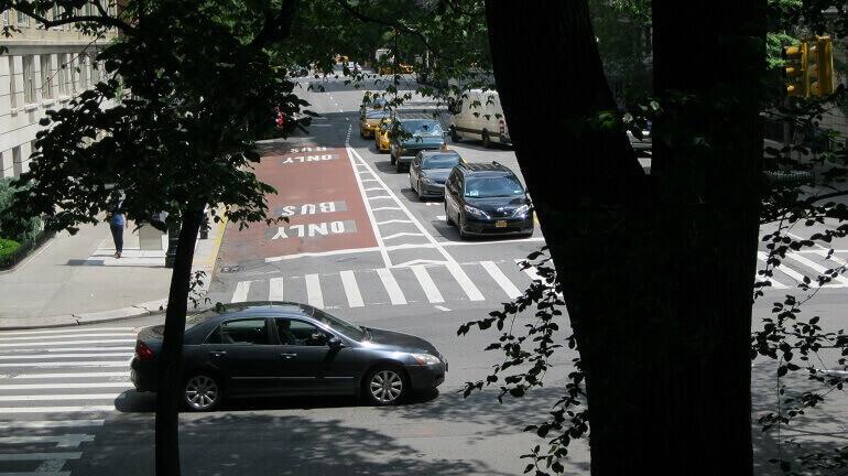 un incrocio di strade in una città americana
