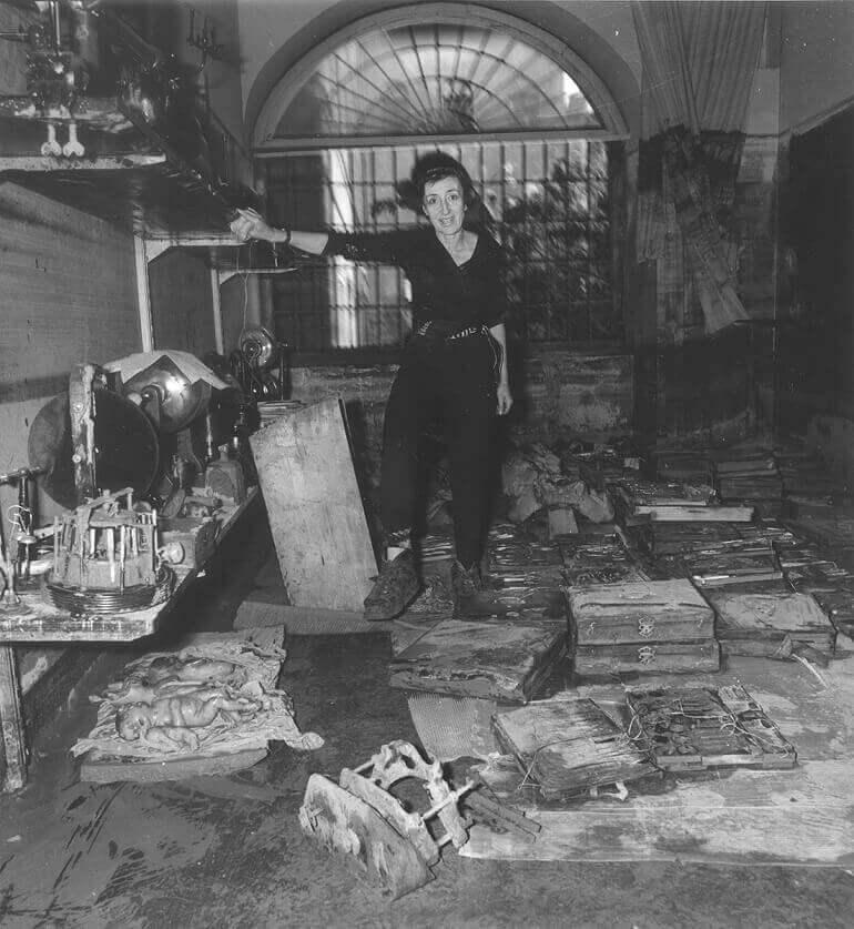 Maria Luisa Righini Bonelli, direttrice dell'Istituto e Museo di Storia della Scienza, nella sala di anatomia devastata dall'alluvione del 1966