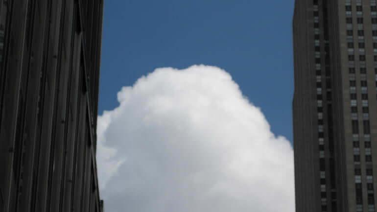 Una nuvola tra due grattacieli in America