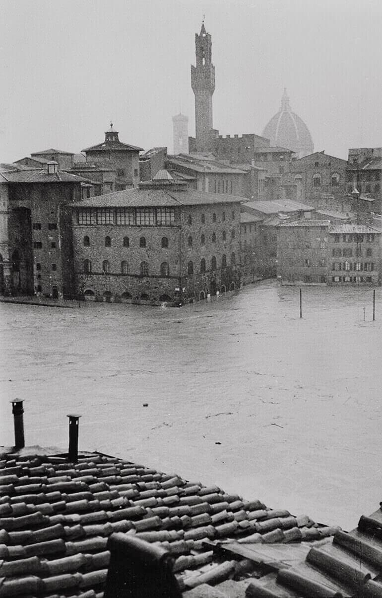 Palazzo Castellani, sede del Museo Galileo, circondato dalla piena dell'Arno nel 1966