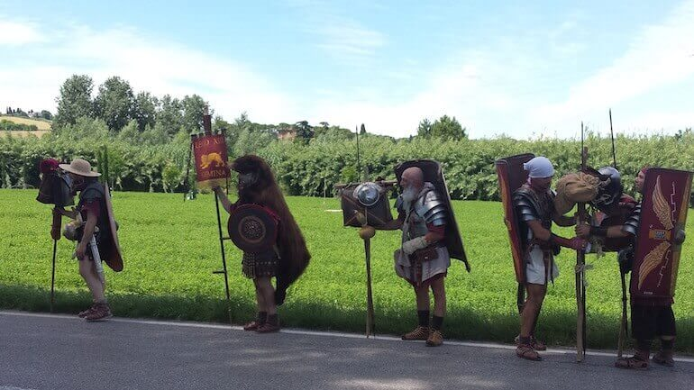 Legionari in cammino sulla via Emilia