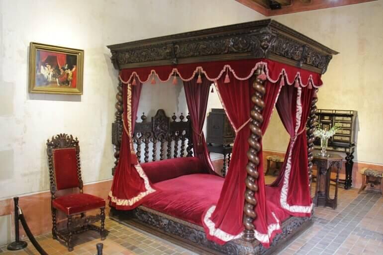 letto a baldacchino nel castello di Clos Lucé ad Amboise