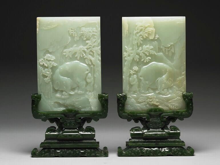 Coppia di schermi da tavolo in giada con decorazione di elefante e prugno