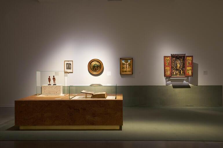 """Una sala della mostra """"In cerca di Utopia"""" a Lovanio"""