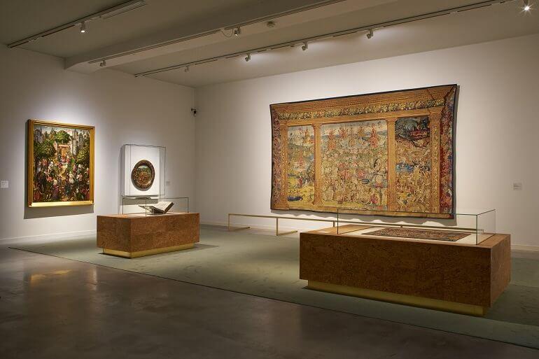 """Una sala della mostra """"In cerca di Utopia"""" al Museo M di Lovanio"""