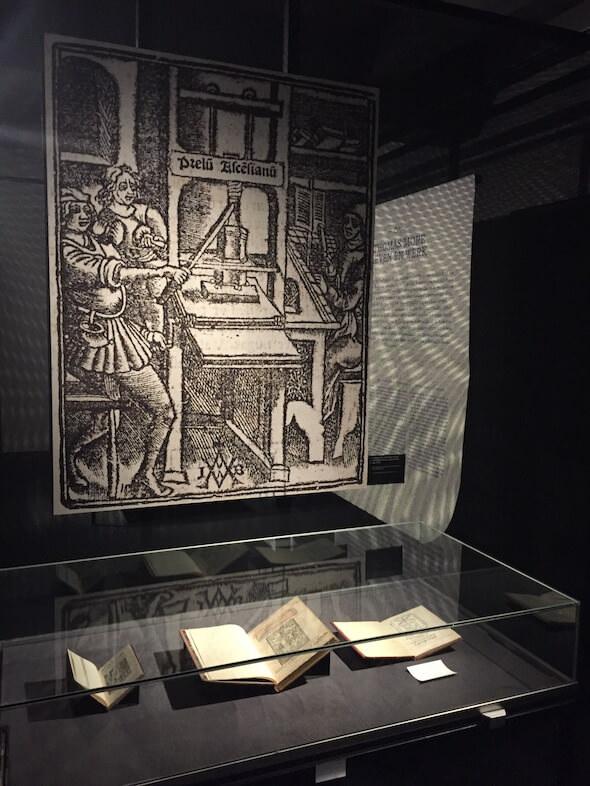 """una sezione della mostra """"Utopia & More"""" a Lovanio dedicata a Utopia di Tommaso Moro"""