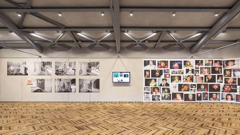"""Una sala della mostra """"Give Me Yesterday"""" all'Osservatorio della Fondazione Prada"""