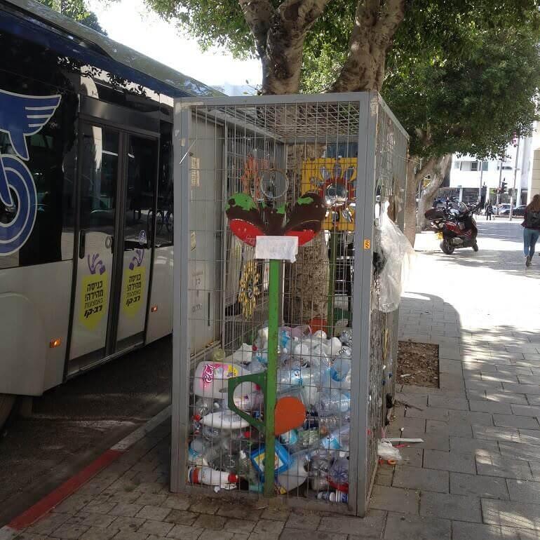 un deposito di contenitori di plastica su un marciapiede di Tel Aviv
