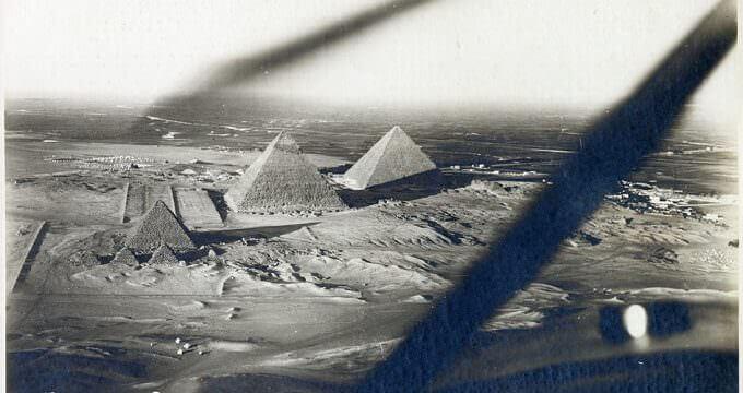 le piramidi di Giza in una fotografia aerea di Theodor Kofler