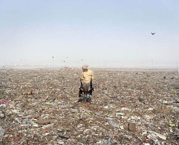 """Jim Goldberg, Mezzogiorno di fuoco, discarica di Dhaka, Bangladesh, dalla serie """"Open See"""", 2007"""