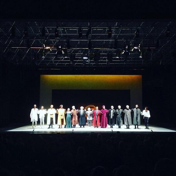 """Gli attori salutano il pubblico alla fine del """"Riccardo II"""" al Teatro Romano di Verona"""