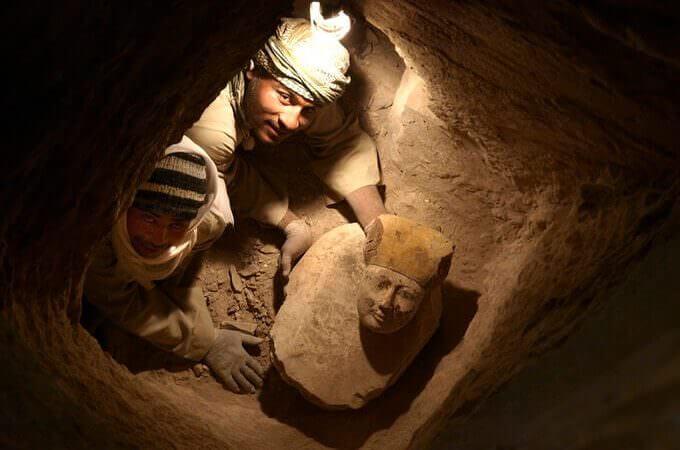 Il ritrovamento di una testa di sarcofago in un pozzo funerario durante gli scavi del progetto Djehuty in Egitto