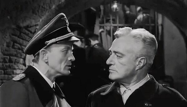 """Hannes Messemer e Vittorio De Sica in una scena del film """"Il generale Della Rovere"""" di Rossellini"""