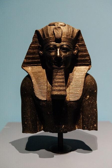Parte superiore di una statua di Thutmosi III in granodiorite (XVIII dinastia)