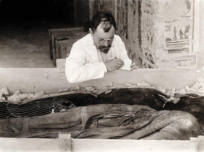Victor Loret copia le iscrizioni presenti sulle bende della mummia di Amenofi III, 1898