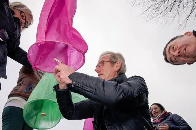 Fiorenzo Mandelli accende le lanterne dei desideri al Santuario della Madonna della Rocchetta
