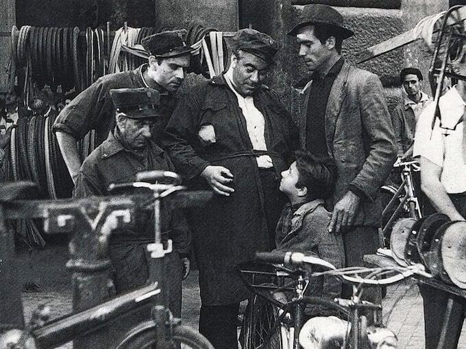 """Una scena del film """"Ladri di biciclette"""" di Vittorio De Sica"""