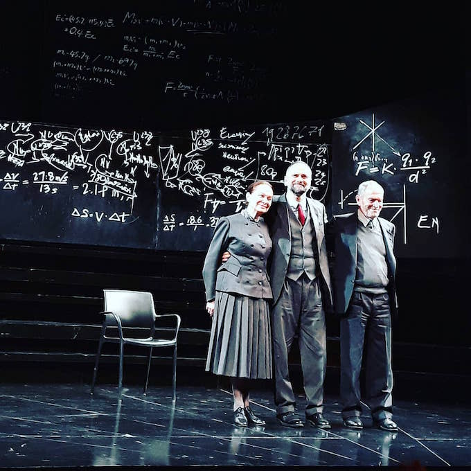 """Giuliana Lojodice, Massimo Popolizio e Umberto Orsini ricevono gli applausi del pubblico al termine di """"Copenaghen"""" al Teatro Grassi di Milano (foto di Saul Stucchi)"""