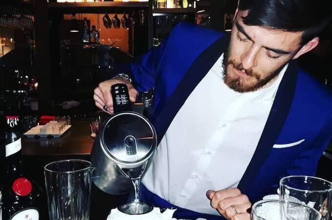 Il bartender di Liquors a Monza prepara un cocktail abbinato al tè