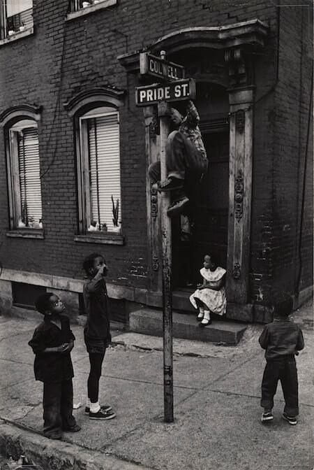 W. Eugene Smith, Bambini che giocano tra Colwell Street e Pride Street, Hill District