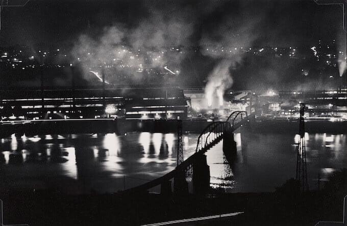 W. Eugene Smith, Stabilimento National Tube Company, U.S. Steel Corporation, McKeesport, e ponte ferroviario sul fiume Monongahela