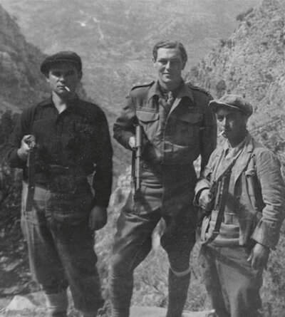W. Stanley Moss (al centro) con Vasilij e Ivan a Creta nel 1944. © The Estate of William Moss
