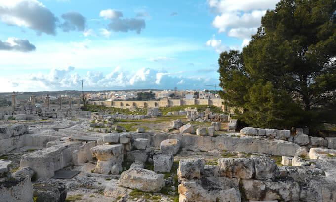 Le sparse rovine fuori dalla Domus Romana di Rabat, sull'isola di Malta