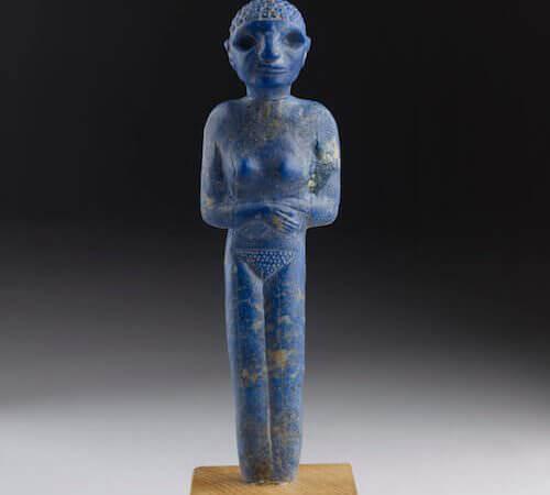"""Figura femminile stante a braccia conserte Egitto, Hierakonpolis, """"Deposito principale"""", recinto del tempio periodo predinastico Naqada III"""