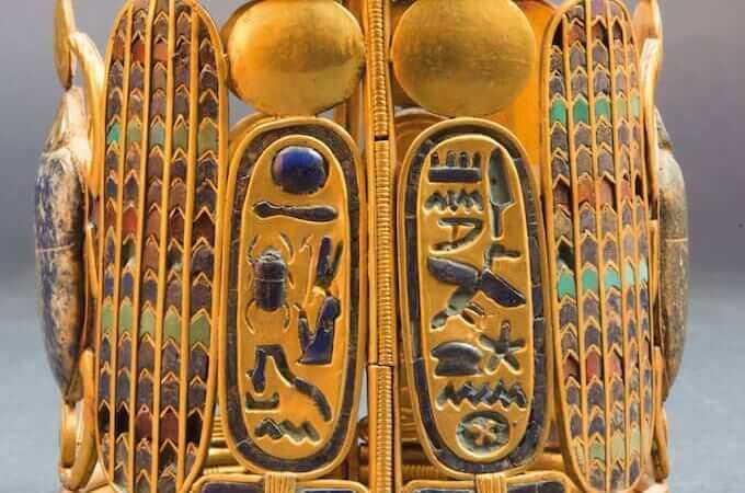 Bracciale decorato con uno scarabeo alato e i cartigli di Pseusenne I - Oro, lapislazzuli e pasta di vetro. Terzo Periodo Intermedio, XXI dinastia, regno di Pseusenne I. Tanis - Il Cairo, Museo Egizio, inv. SR 1/8727, JE86027 © Egyptian Museum, Cairo