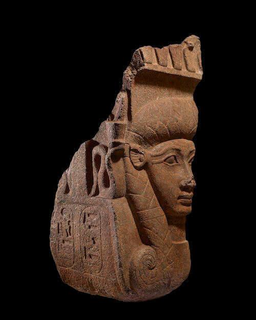Capitello di Hathor in granito rosso. Dinastia XXII, regno di Osorkon II, circa 874- 850 a. C. - Tempio di Bastet, Bubastis, Egitto © Trustees of the British Museum