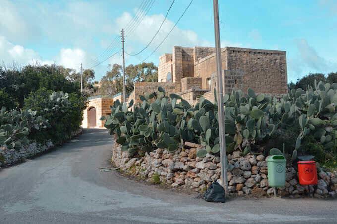 Gruppo di case come rocce sull'isola di Gozo