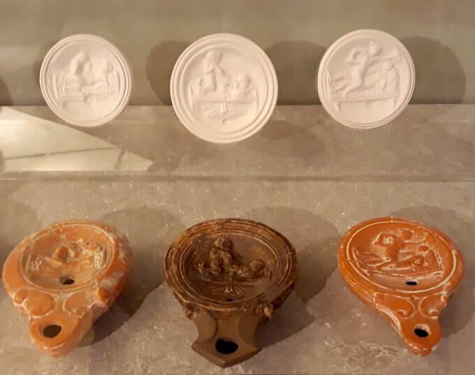 Lucerne di epoca romana con scene erotiche