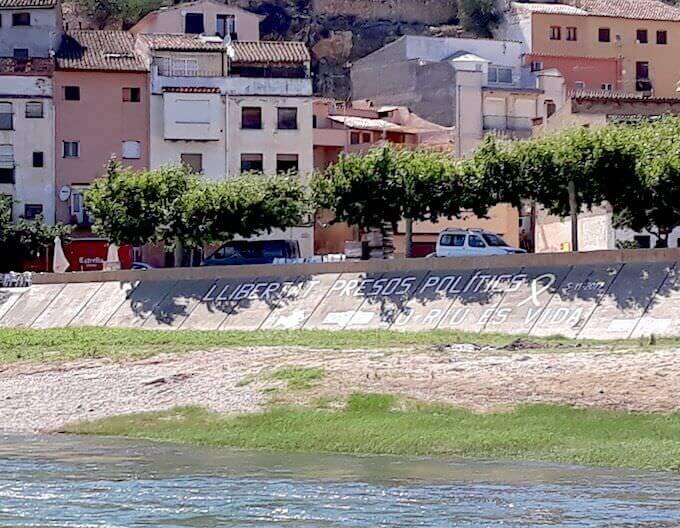 Scritte sull'argine dell'Ebro a Miravet, in Catalogna