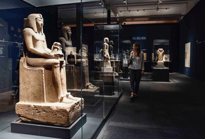 """Una sala della mostra """"Faraone. Re d'Egitto"""" al CaixaForum di Barcellona"""